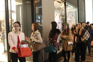 Hong Kong - que of customers in front of some show of a well recognized brand